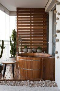 Глубокая деревянная спа ванна в японском стиле.