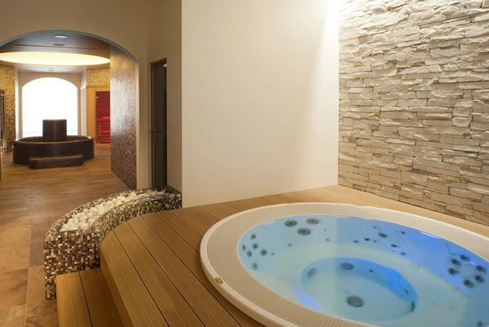 Гидромассажный спа бассейн джакузи встроенный с переливом jacuzzi alimia 2